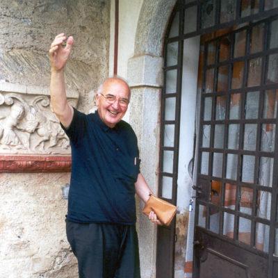 Don Leo apre per la prima volta la porta di Villa Bolchini a Marzio (23.06.2001)